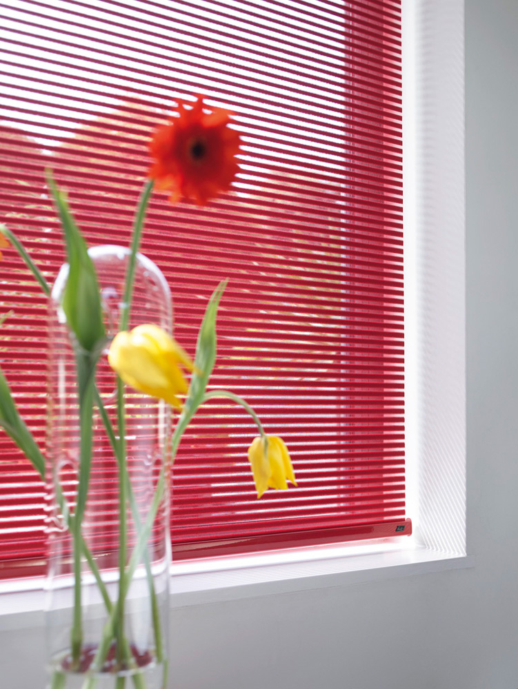 luxaflex-facette-blind-red-closed